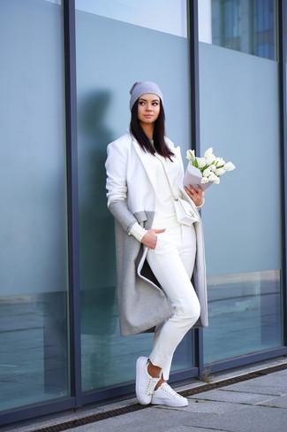 Los días ocupados exigen un atuendo simple aunque elegante, como un abrigo gris y un pantalón chino blanco. Tenis blancos darán un toque desenfadado al conjunto.