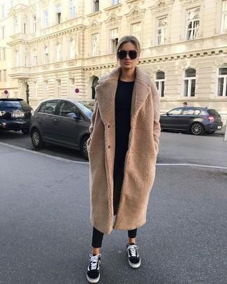 Look de moda: Abrigo de forro polar marrón claro, Jersey con cuello circular negro, Pantalón de pinzas negro, Tenis de lona en negro y blanco
