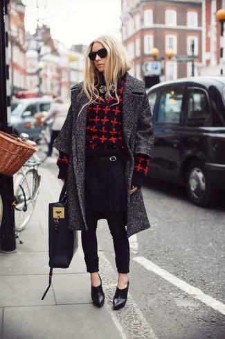 Cómo combinar: abrigo en gris oscuro, jersey con cuello circular estampado en rojo y negro, pantalón de pinzas negro, botines de cuero negros