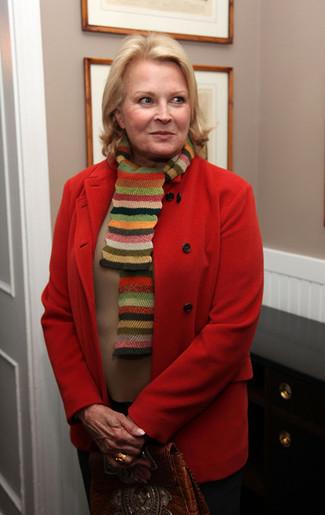 Cómo combinar: abrigo rojo, jersey con cuello circular marrón claro, pantalón de vestir negro, bolso de hombre de cuero marrón