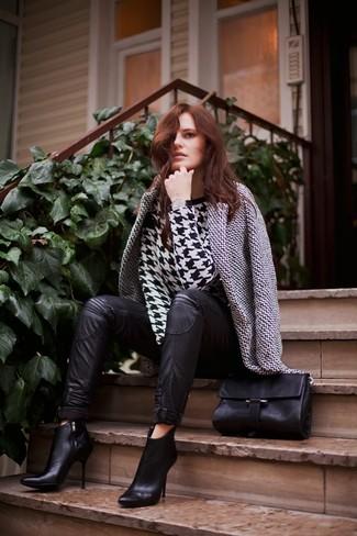 Cómo combinar: abrigo de pata de gallo en blanco y negro, jersey con cuello circular de pata de gallo en negro y blanco, pantalones pitillo de cuero negros, botines de cuero negros