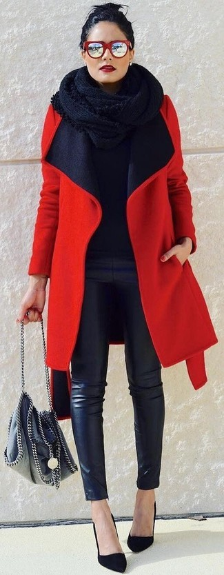 Cómo combinar: abrigo rojo, jersey con cuello circular negro, pantalones pitillo de cuero negros, zapatos de tacón de ante negros