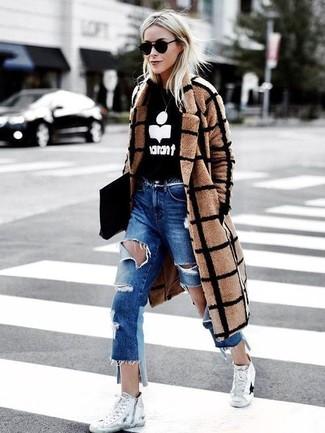 Un abrigo a cuadros marrón claro y unos vaqueros boyfriend desgastados azules son una gran fórmula de vestimenta para tener en tu clóset. Zapatillas altas de lona blancas darán un toque desenfadado al conjunto.