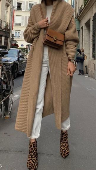Cómo combinar: abrigo marrón claro, jersey con cuello circular blanco, vaqueros boyfriend blancos, botines de pelo de becerro de leopardo marrón claro