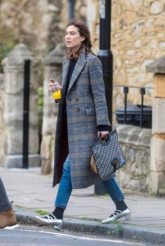 Cómo combinar: abrigo de tartán gris, jersey con cuello circular azul marino, vaqueros azules, zapatos de tacón de cuero plateados