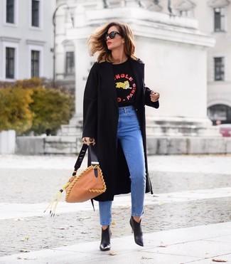 Cómo combinar: abrigo negro, jersey con cuello circular estampado negro, vaqueros azules, botines de cuero negros