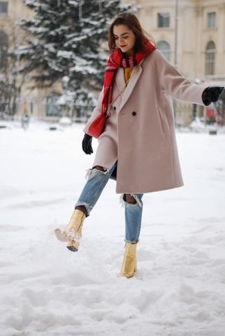 Cómo combinar: abrigo en beige, jersey con cuello circular mostaza, vaqueros desgastados celestes, botines de cuero dorados