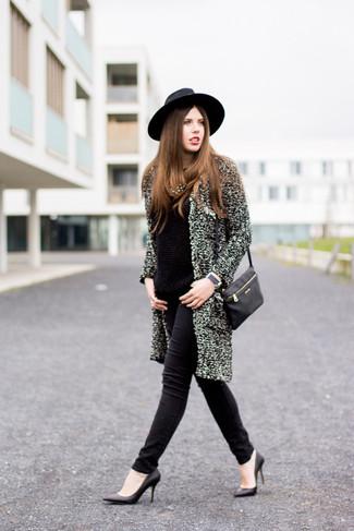 Cómo combinar: abrigo con relieve gris, jersey con cuello circular negro, vaqueros pitillo negros, zapatos de tacón de cuero negros