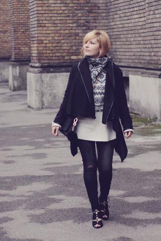 Cómo combinar: abrigo negro, jersey con cuello circular de grecas alpinos en blanco y negro, vaqueros pitillo desgastados negros, sandalias romanas de ante negras