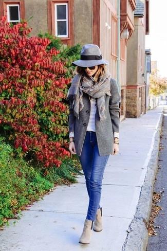 Cómo combinar: abrigo gris, jersey con cuello circular de rayas horizontales blanco, vaqueros pitillo azules, botines de ante grises