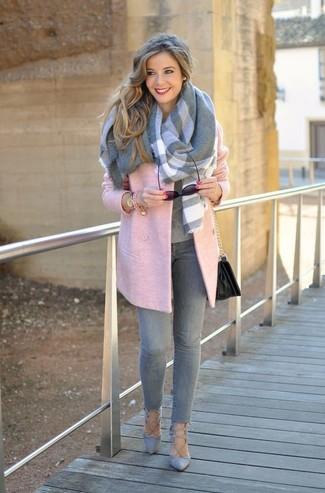 Cómo combinar: abrigo rosado, jersey con cuello circular gris, vaqueros pitillo grises, zapatos de tacón de ante grises