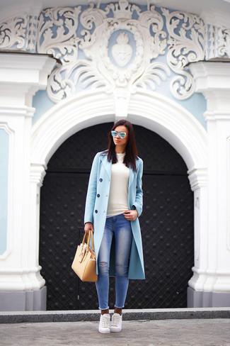 Empareja un abrigo celeste con unos vaqueros pitillo desgastados azules para un look diario sin parecer demasiado arreglada. ¿Por qué no añadir tenis blancos a la combinación para dar una sensación más relajada?