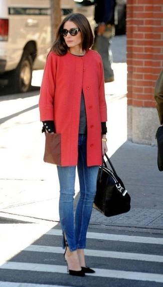 Cómo combinar: abrigo rojo, jersey con cuello circular en gris oscuro, vaqueros pitillo azules, zapatos de tacón de ante negros