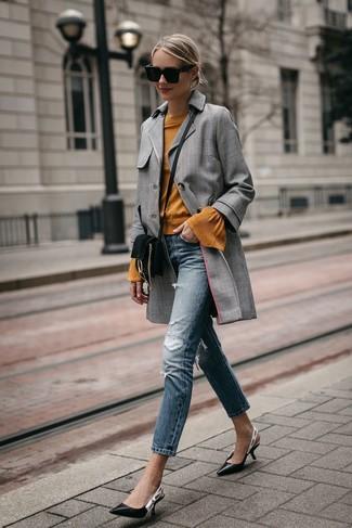 Cómo combinar: abrigo de tartán gris, jersey con cuello circular en tabaco, vaqueros pitillo desgastados azules, zapatos de tacón de cuero negros