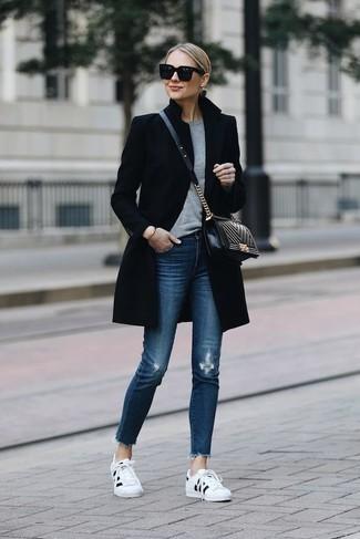 Cómo combinar: abrigo negro, jersey con cuello circular gris, vaqueros pitillo desgastados azules, tenis en blanco y negro