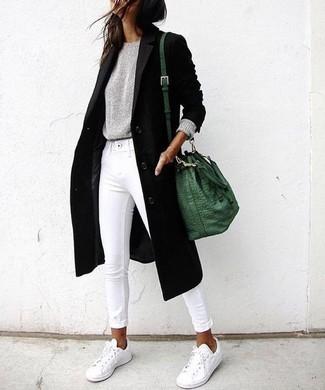 Cómo combinar: abrigo negro, jersey con cuello circular gris, vaqueros pitillo blancos, tenis blancos