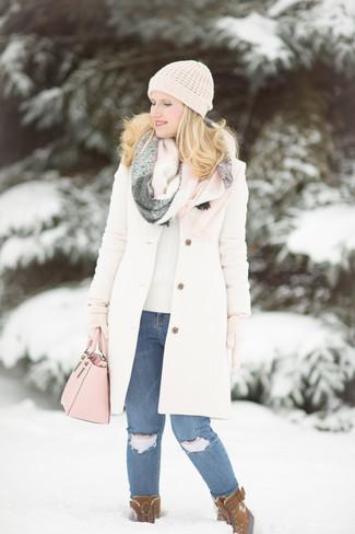 Cómo combinar: abrigo blanco, jersey con cuello circular en beige, vaqueros pitillo desgastados azules, botas para la nieve de ante marrónes