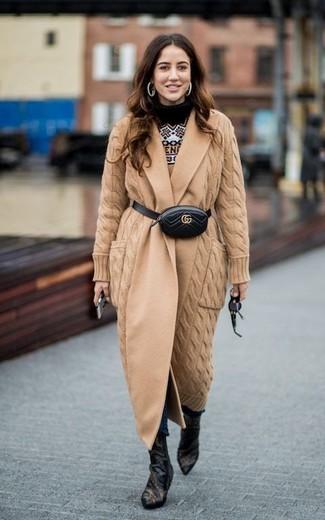 Cómo combinar: abrigo de punto marrón claro, jersey con cuello circular de grecas alpinos marrón claro, vaqueros pitillo azul marino, botines de cuero negros