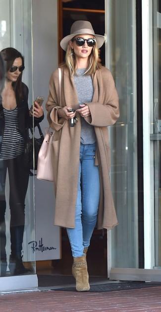 Cómo combinar: abrigo de punto marrón claro, jersey con cuello circular gris, vaqueros pitillo celestes, botines de ante verde oliva