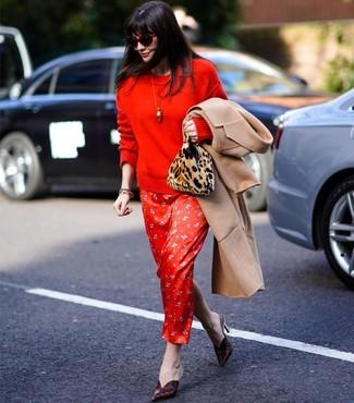 Cómo combinar: abrigo marrón claro, jersey con cuello circular rojo, vestido largo de seda estampado rojo, chinelas de cuero burdeos