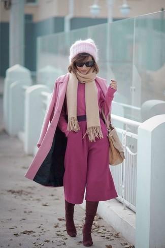 Cómo combinar: abrigo rosado, jersey corto rosa, falda pantalón rosa, botas sobre la rodilla de ante burdeos