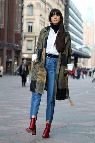 Cómo combinar: abrigo verde oliva, jersey de cuello alto negro, camisa de vestir blanca, vaqueros azules