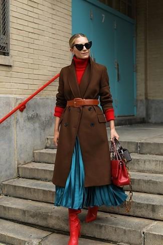 Cómo combinar: abrigo en marrón oscuro, jersey de cuello alto rojo, falda midi plisada en turquesa, botas de caña alta de cuero rojas