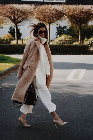 Cómo combinar: abrigo de forro polar marrón claro, jersey de cuello alto de lana de punto blanco, falda pantalón blanca, zapatos de tacón de cuero marrón claro