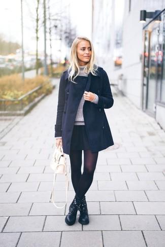 Cómo combinar: abrigo azul marino, jersey de cuello alto de punto gris, falda skater negra, botas planas con cordones de cuero negras