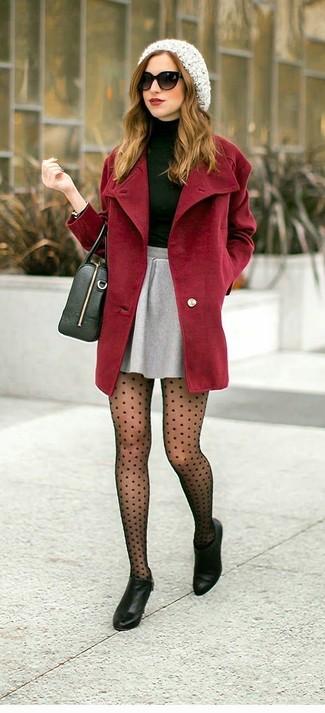 Emparejar un abrigo burdeos y una falda skater gris es una opción cómoda para hacer diligencias en la ciudad. Botines de cuero negros proporcionarán una estética clásica al conjunto.