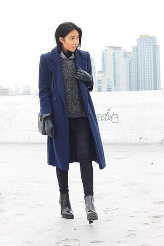 Cómo combinar: abrigo azul marino, jersey de cuello alto negro, jersey con cuello circular en gris oscuro, camisa de vestir de rayas verticales en blanco y negro