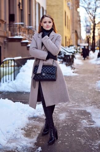 Look de moda: Abrigo Gris, Jersey de Cuello Alto Negro, Leggings de Cuero Negros, Botines de Cuero Negros