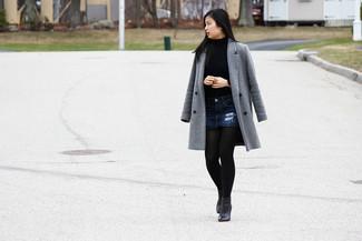 Cómo combinar: abrigo gris, jersey de cuello alto azul, minifalda vaquera azul marino, botines de cuero negros