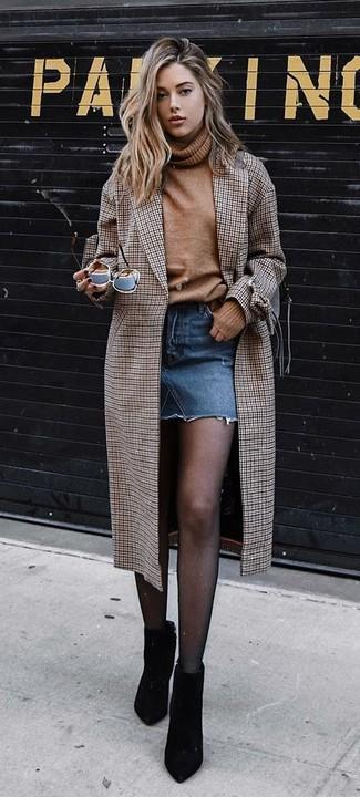 Cómo combinar: abrigo a cuadros marrón, jersey de cuello alto de lana marrón claro, minifalda vaquera azul, botines de ante negros