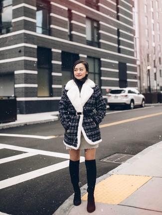 Cómo combinar: abrigo de tweed en gris oscuro, jersey de cuello alto negro, minifalda en beige, botas sobre la rodilla de ante negras