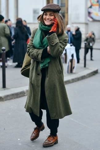 Cómo combinar: abrigo verde oliva, jersey de cuello alto negro, pantalón de chándal negro, náuticos de cuero marrónes