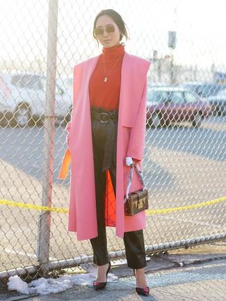Cómo combinar: abrigo rosa, jersey de cuello alto rojo, pantalón de pinzas de cuero negro, zapatos de tacón de cuero estampados negros
