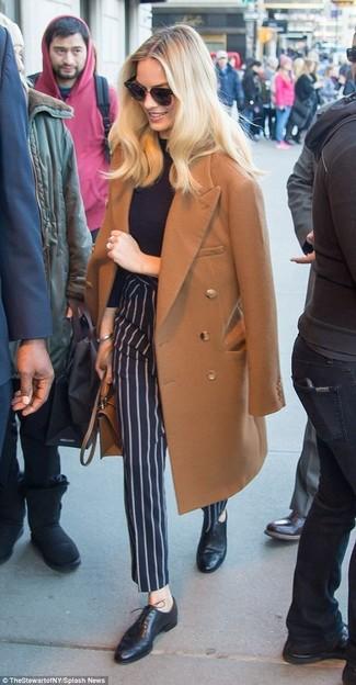 Cómo combinar: abrigo marrón, jersey de cuello alto negro, pantalón de vestir de rayas verticales azul marino, zapatos oxford de cuero negros