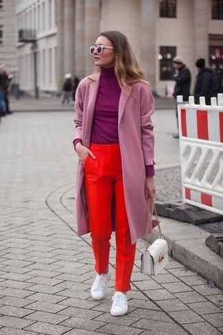 Cómo combinar: abrigo rosado, jersey de cuello alto morado, pantalón de vestir rojo, tenis de cuero blancos