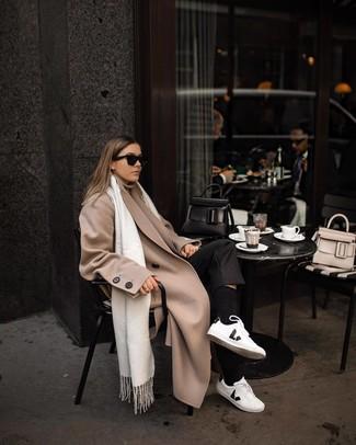 Cómo combinar: abrigo en beige, jersey de cuello alto en beige, pantalón de vestir negro, tenis de cuero en blanco y negro