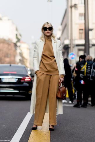 Cómo combinar: abrigo blanco, jersey de cuello alto marrón claro, pantalones anchos marrón claro, zapatos de tacón de ante negros