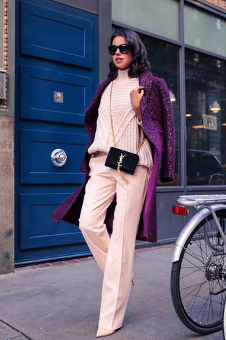 Cómo combinar: abrigo morado, jersey de cuello alto de punto rosado, pantalones anchos rosados, zapatos de tacón de cuero en beige