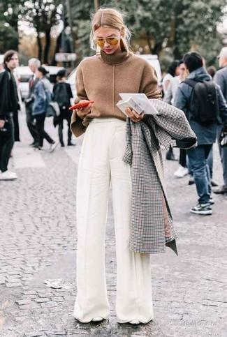Cómo combinar: abrigo a cuadros gris, jersey de cuello alto marrón, pantalones anchos blancos, zapatos de tacón de cuero blancos