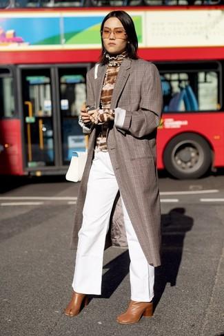 Cómo combinar: abrigo de tartán marrón, jersey de cuello alto efecto teñido anudado marrón, pantalones anchos vaqueros blancos, botines de cuero en tabaco