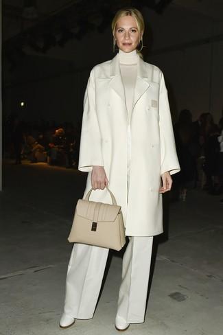 Cómo combinar: abrigo blanco, jersey de cuello alto blanco, pantalones anchos blancos, botines de cuero blancos