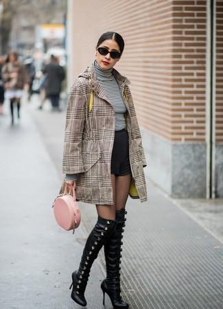 Cómo combinar: abrigo de tartán marrón, jersey de cuello alto de rayas horizontales en blanco y negro, pantalones cortos negros, botas sobre la rodilla de cuero negras