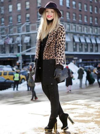 Cómo combinar: abrigo de leopardo marrón, jersey de cuello alto negro, pantalones pitillo negros, botines de ante negros