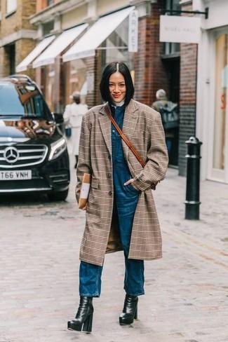 Cómo combinar: abrigo de tartán marrón, jersey de cuello alto blanco, peto vaquero azul, botines de cuero gruesos negros
