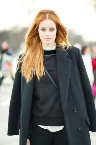 Cómo combinar: abrigo negro, jersey de cuello alto blanco, sudadera negra, vaqueros pitillo negros