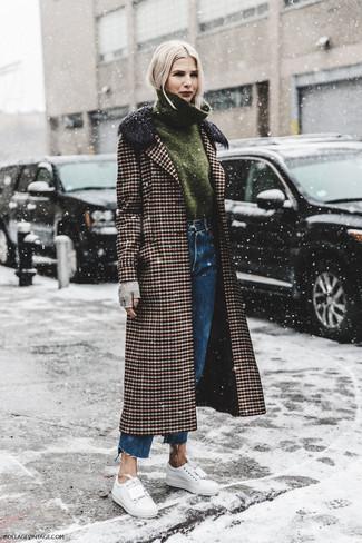 Cómo combinar: abrigo de tartán marrón, jersey de cuello alto verde oliva, vaqueros boyfriend azules, tenis de cuero blancos